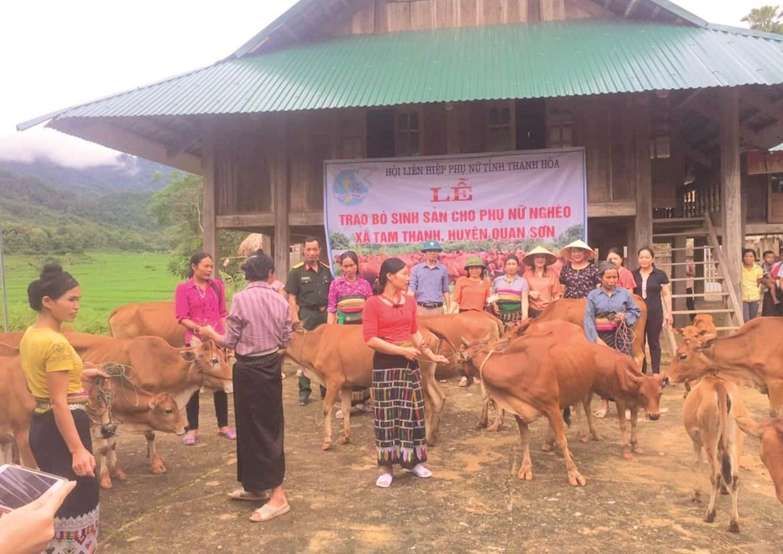 Hội viên phụ nữ nghèo xã Tam Thanh, huyện Quan Sơn nhận bò sinh sản do Hội LHPN tỉnh Thanh Hóa hỗ trợ