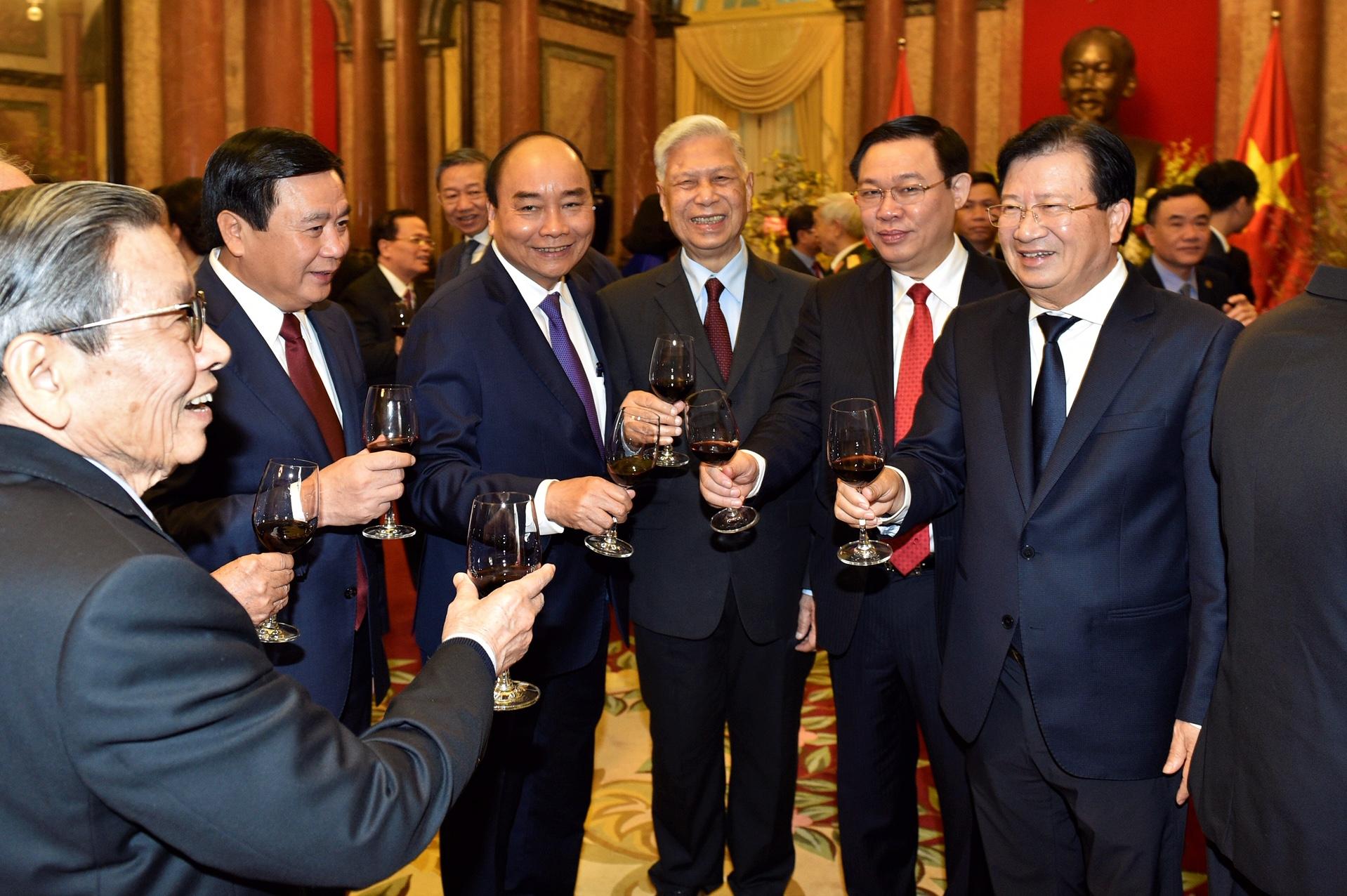 Thủ tướng Nguyễn Xuân Phúc và các đồng chí lãnh đạo, nguyên lãnh đạo Đảng, Nhà nước tại buổi gặp mặt. Ảnh: VGP/Nhật Bắc