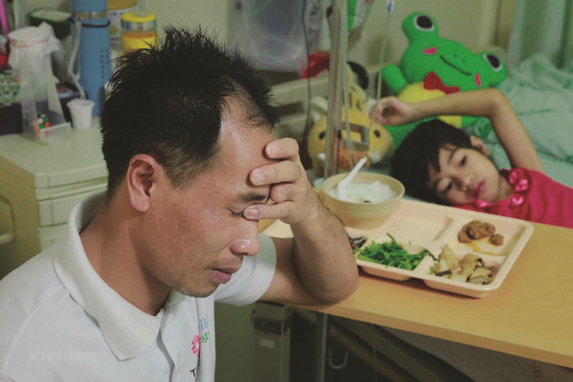Anh Nguyễn Công Đức chăm sóc con gái trong đợt điều trị tại Đài Loan.