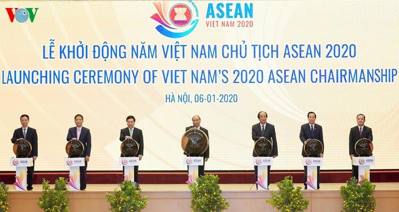 Thủ tướng Nguyễn Xuân Phúc, Chủ tịch ASEAN 2020 và các đại biểu thực hiện nghi thức khởi động Năm Chủ tịch ASEAN 2020.