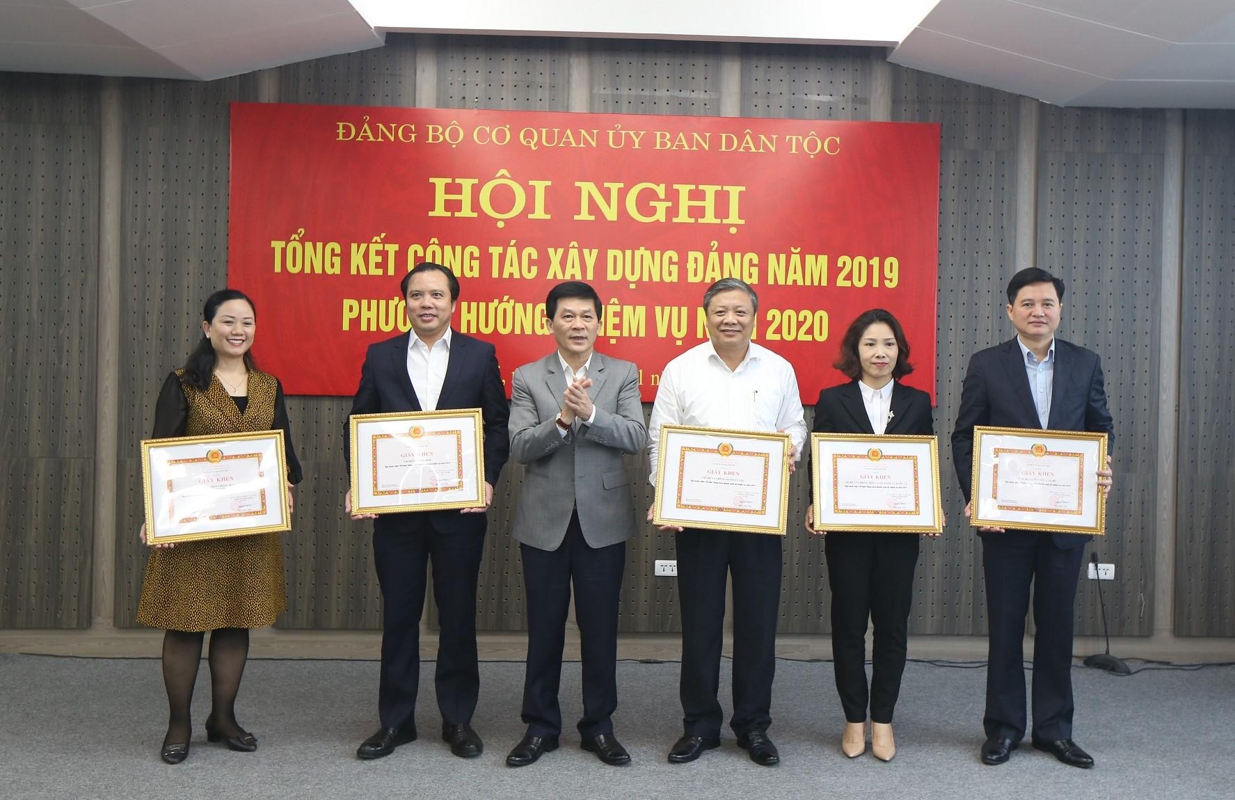 Bí thư Đảng ủy Nông Quốc Tuấn trao tặng Giấy khen của Đảng ủy cơ quan UBDT cho các tổ chức đảng hoàn thành xuất sắc nhiệm vụ năm 2019