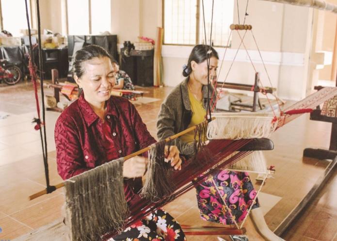 Những thợ dệt người Chăm hằng ngày vẫn cần mẫn sáng tạo nên những tấm vải thổ cẩm. Ảnh TL