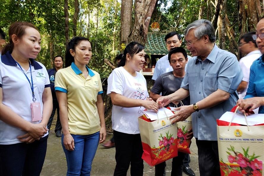 Thường trực Ban Bí thư Trần Quốc Vượng tặng quà Tết cho công nhân có hoàn cảnh khó khăn tại tỉnh Đồng Nai. Ảnh: TTXVN