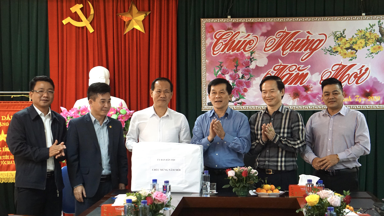 Đoàn công tác của UBDT tặng quà Tết cho Ban Dân tộc tỉnh Lai Châu