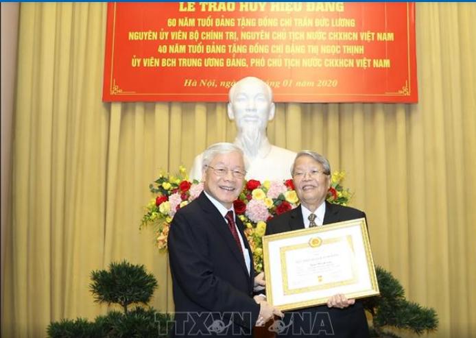 Tổng Bí thư, Chủ tịch nước Nguyễn Phú Trọng trao Huy hiệu 60 năm tuổi Đảng tặng đồng chí Trần Đức Lương. Ảnh: TTXVN
