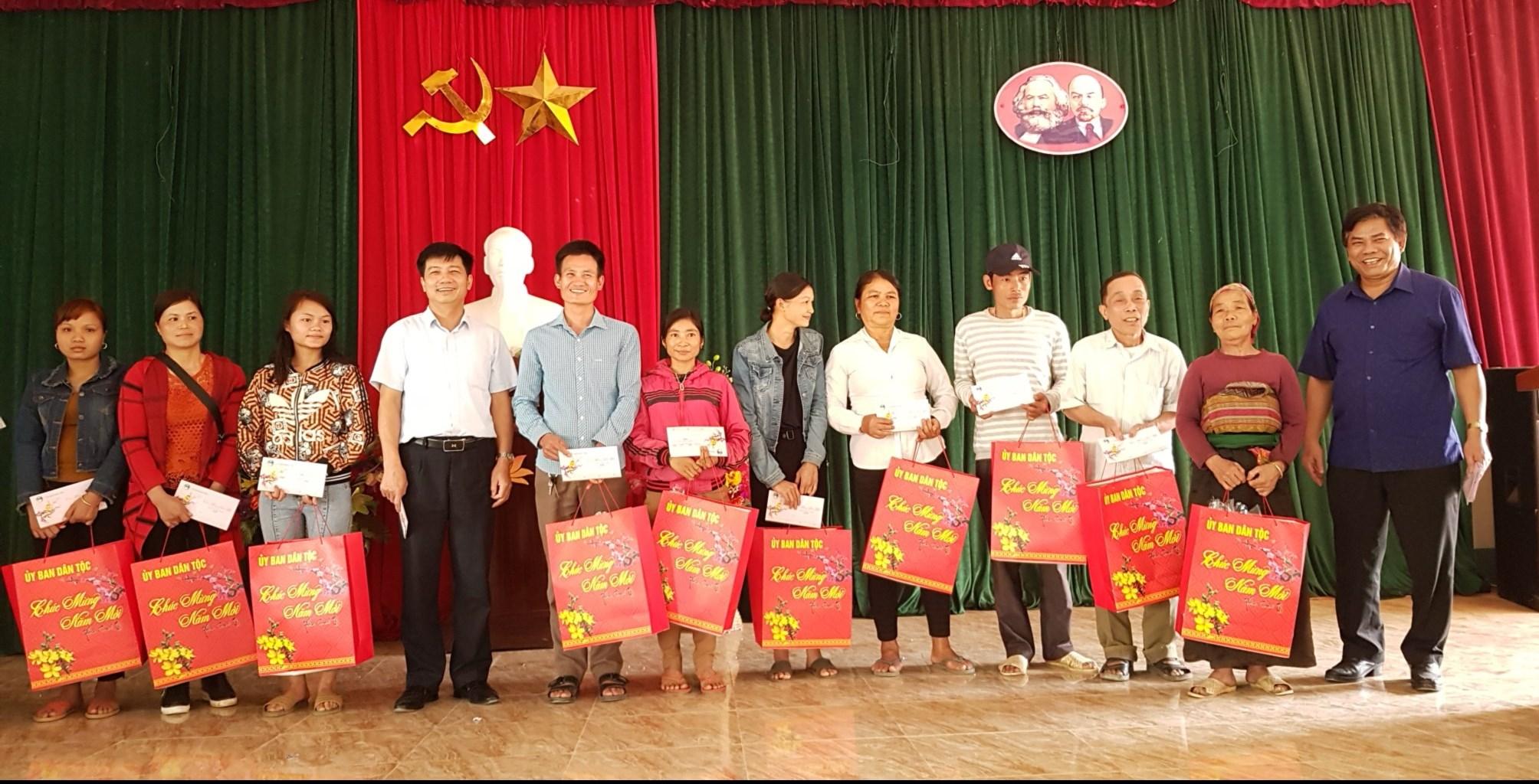Đoàn công tác của UBDT thăm, tặng quà Tết tại xã Trung Sơn, huyện Quan Hóa (Thanh Hóa)