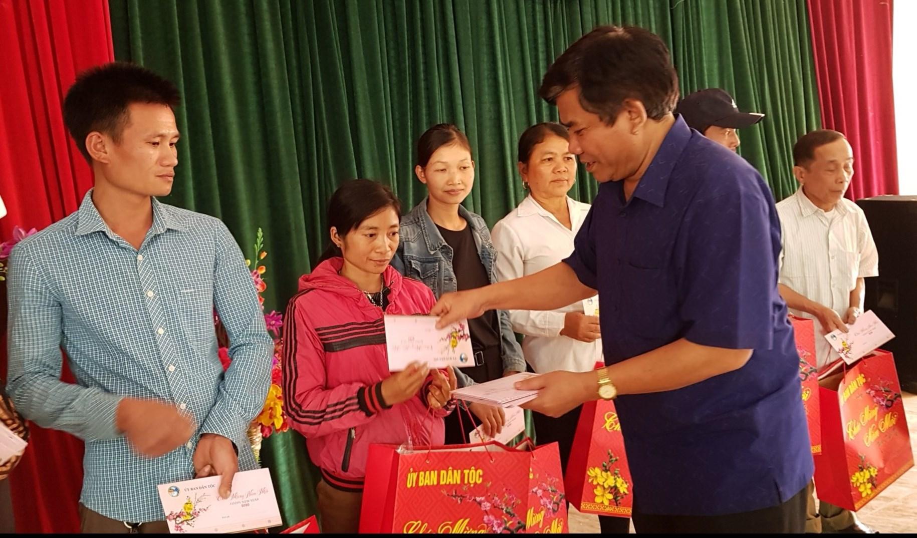 Thứ trưởng, Phó Chủ nhiệm Y Thông tặng quà đồng bào DTTS có hoàn cảnh khó khăn huyện Quan Hóa