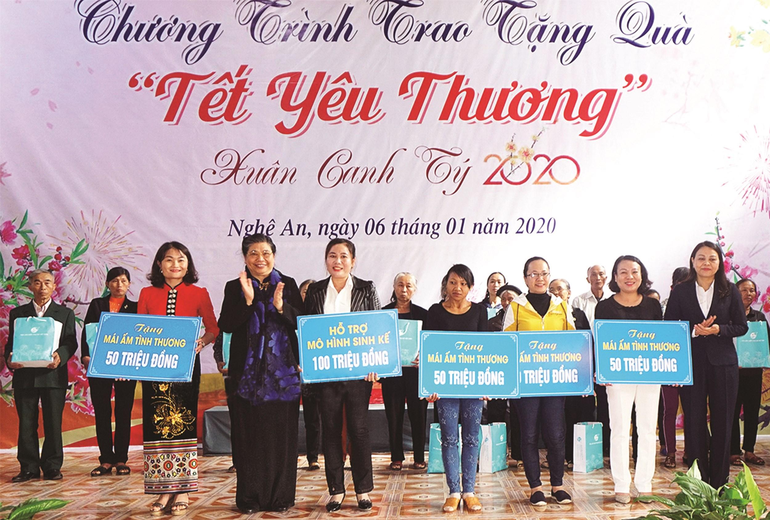 Phó Chủ tịch Thường trực Quốc hội Tòng Thị Phóng tặng quà các tổ chức, các đối tượng chính sách