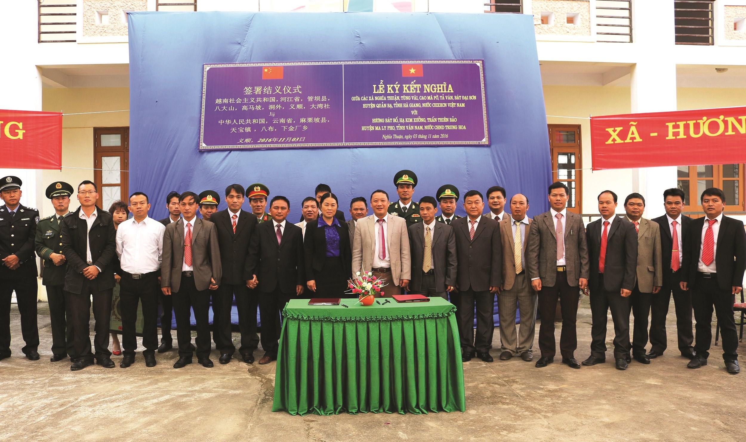 Lễ ký kết nghĩa giữa các xã biên giới huyện Quản Bạ (Hà Giang) với các hương, trấn của tỉnh Vân Nam, Trung Quốc
