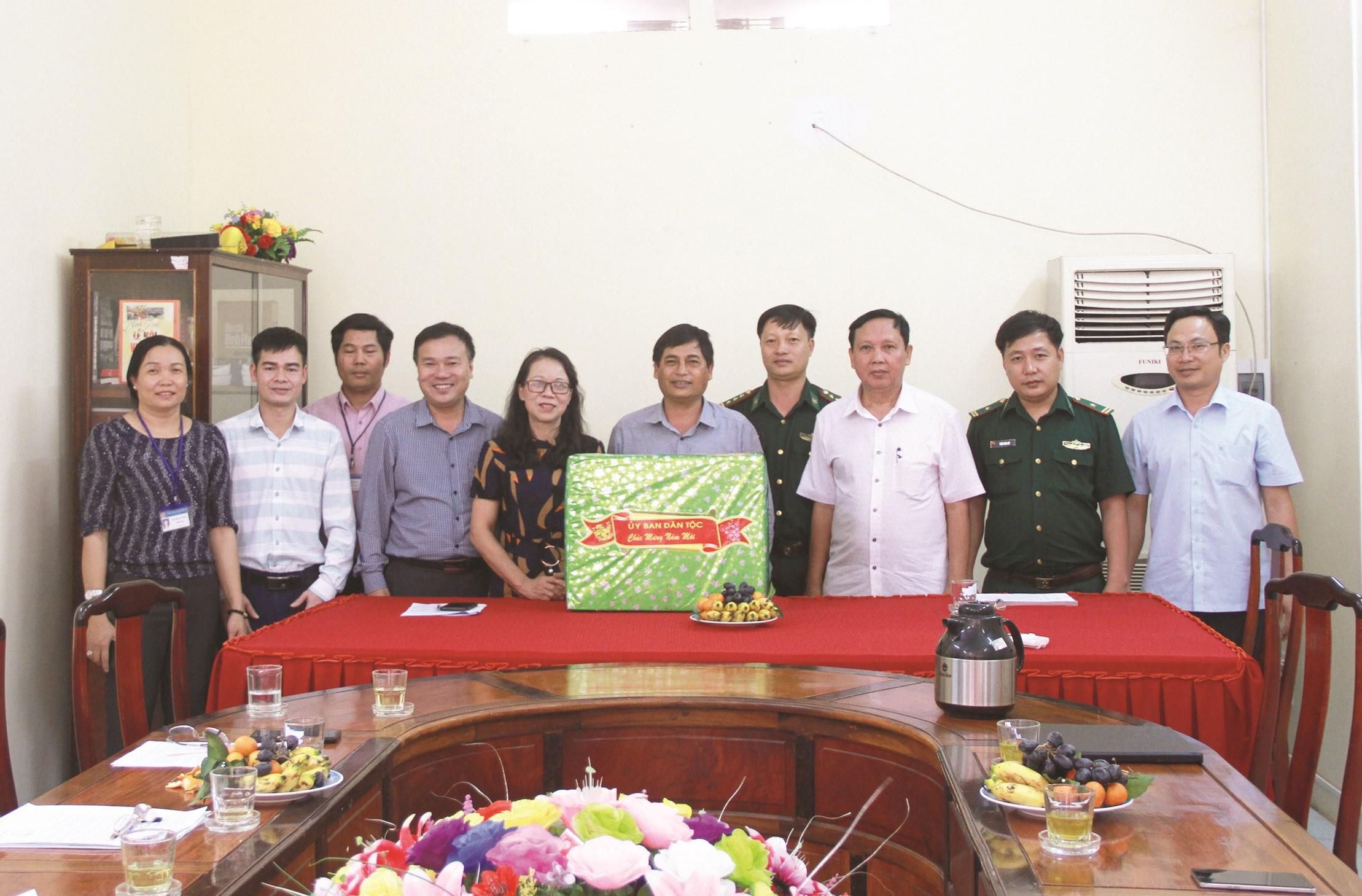 Thứ trưởng, Phó Chủ nhiệm UBDT Hoàng Thị Hạnh tặng quà cho Ban Dân tộc tỉnh Bình Phước