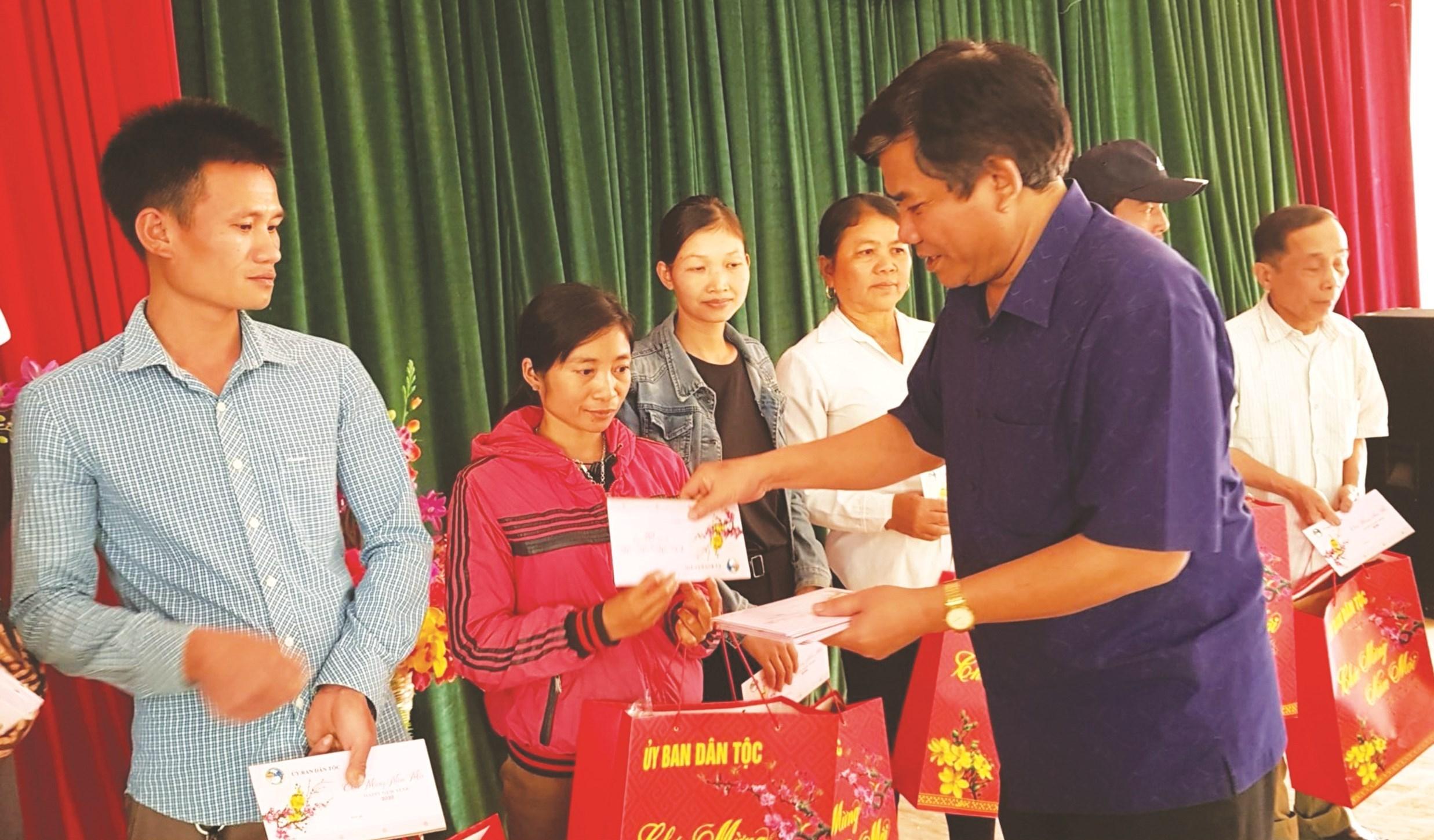 Lãnh đạo Ủy ban Dân tộc tặng quà cho đồng bào DTTS nghèo nhân dịp Tết Canh Tý 2020. Ảnh: Quỳnh Trâm