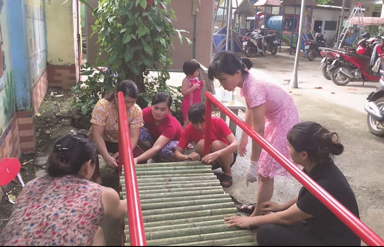 Các cô giáo đang làm mô hình đồ chơi cho trẻ