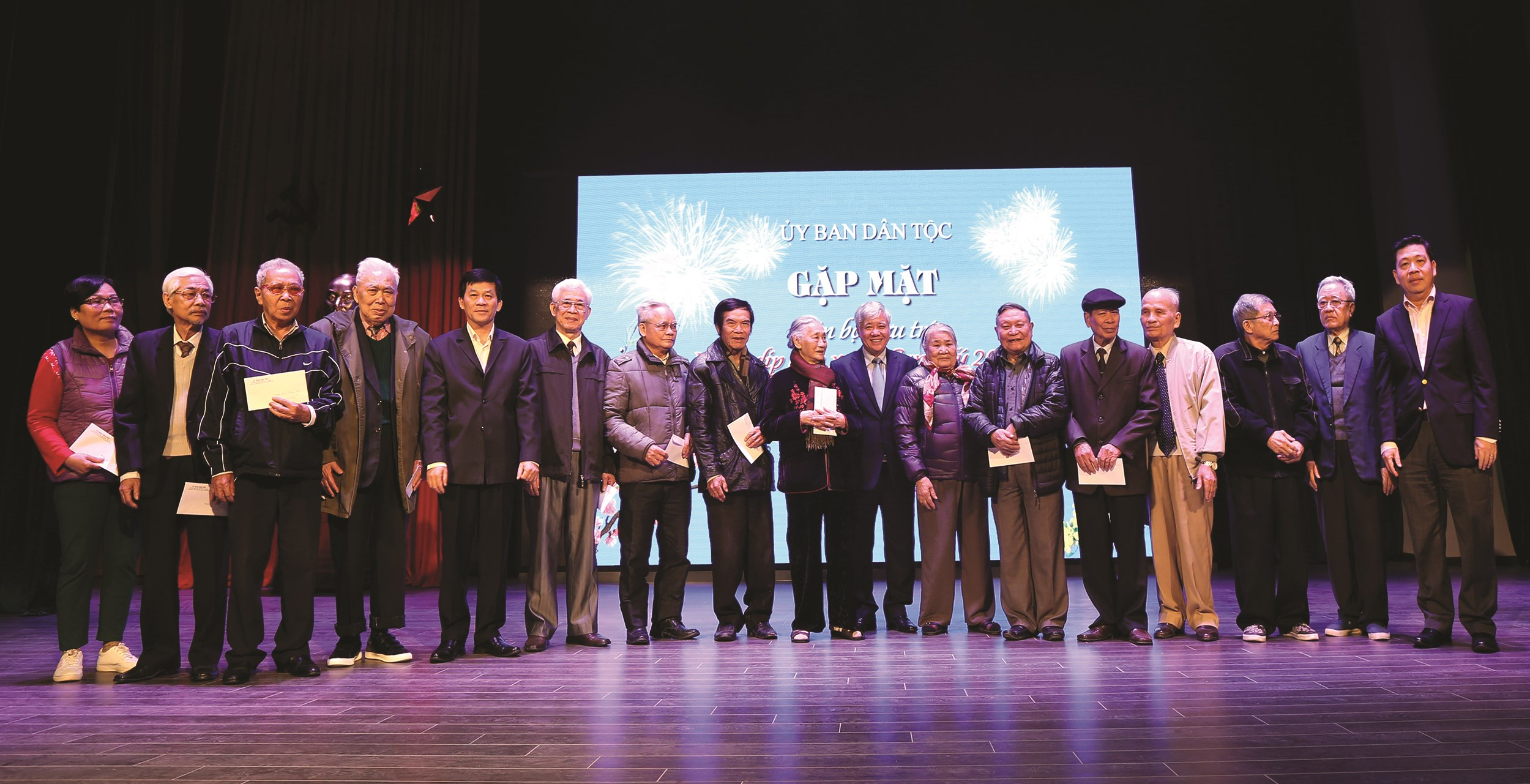Bộ trưởng, Chủ nhiệm Đỗ Văn Chiến tặng quà mừng thọ cho cán bộ hưu trí từ 80 tuổi trở lên.
