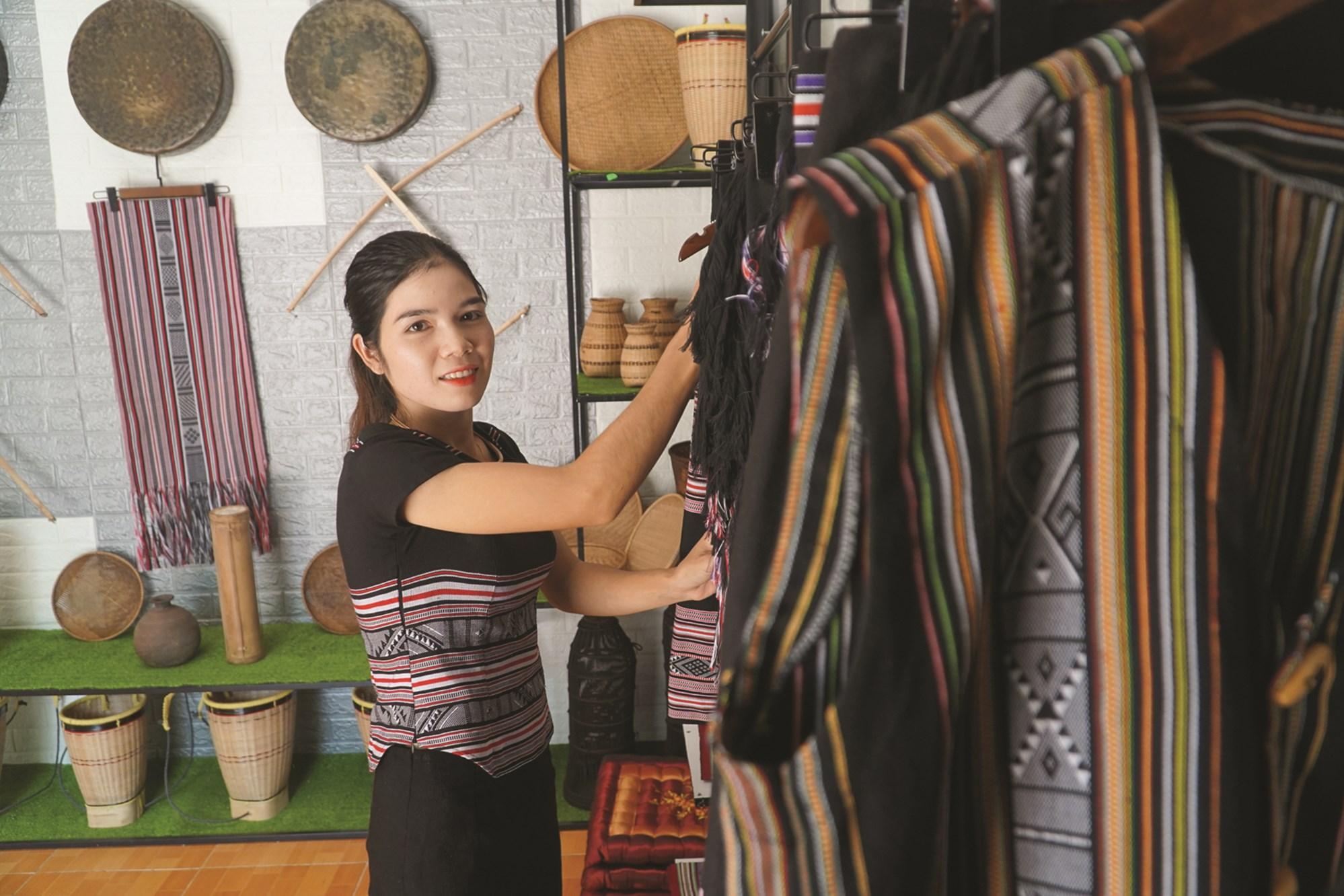 Cô gái trẻ Phạm Thị Sung, trau chuốt cho các sản phẩm trong cửa hàng của mình. Ảnh: Thạch Thảo