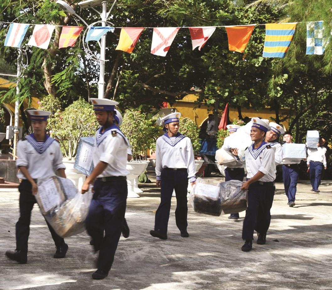 Quà Tết đến với các chiến sĩ trên đảo Sinh Tồn