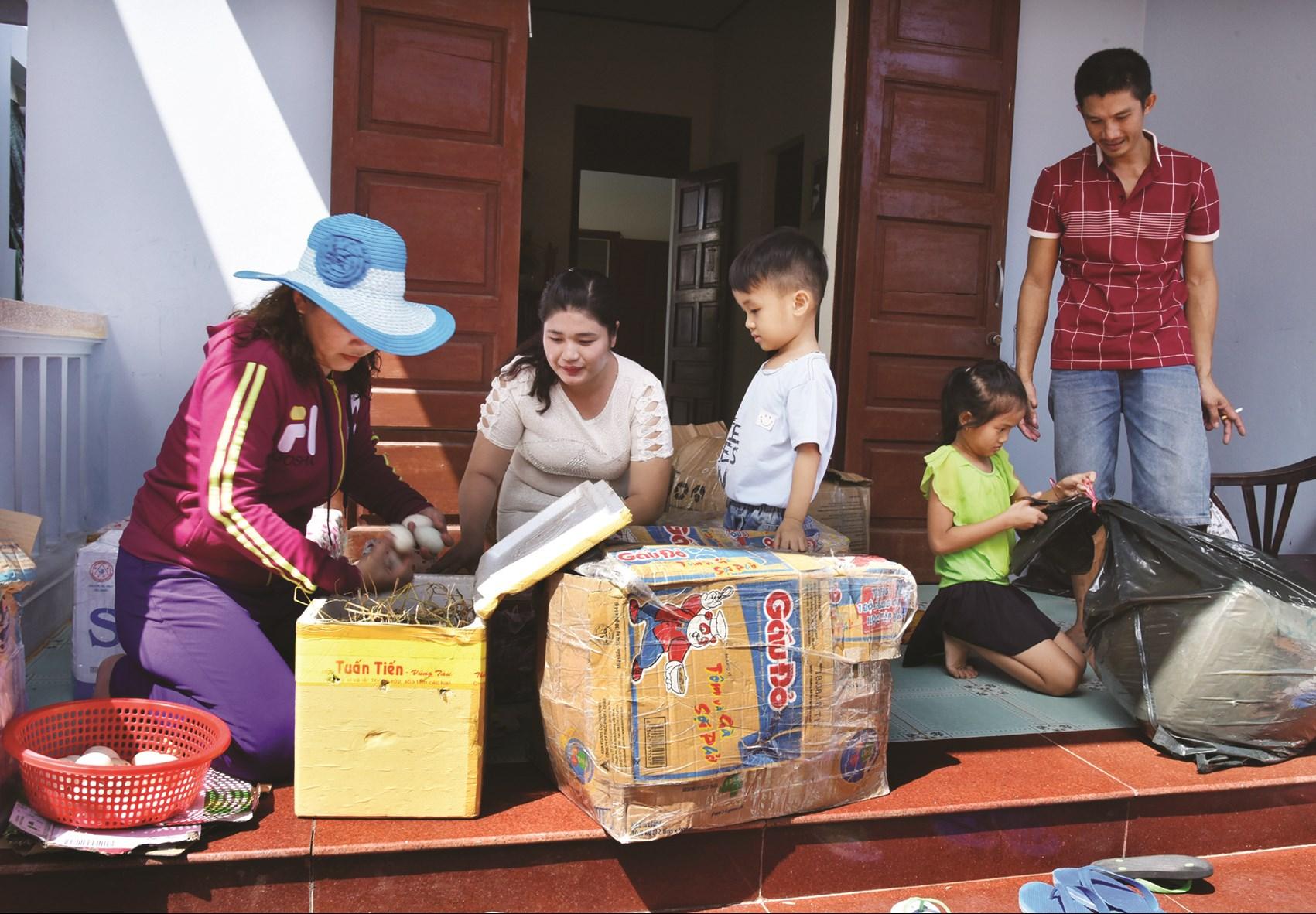 Quà Tết từ đất liền gửi ra cho các gia đình đang sinh sống trên đảo. Đây là niềm vui được các gia đình mong đợi