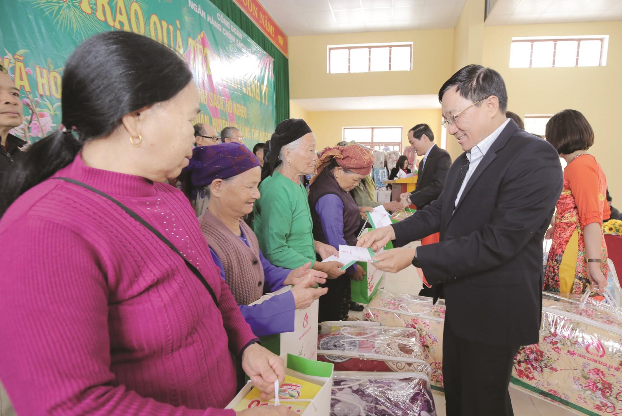Tổng giám đốc NHCSXH Dương Quyết Thắng tặng quà cho bà con nhân dân xã Hoàng Việt, huyện Văn Lãng (Lạng Sơn).