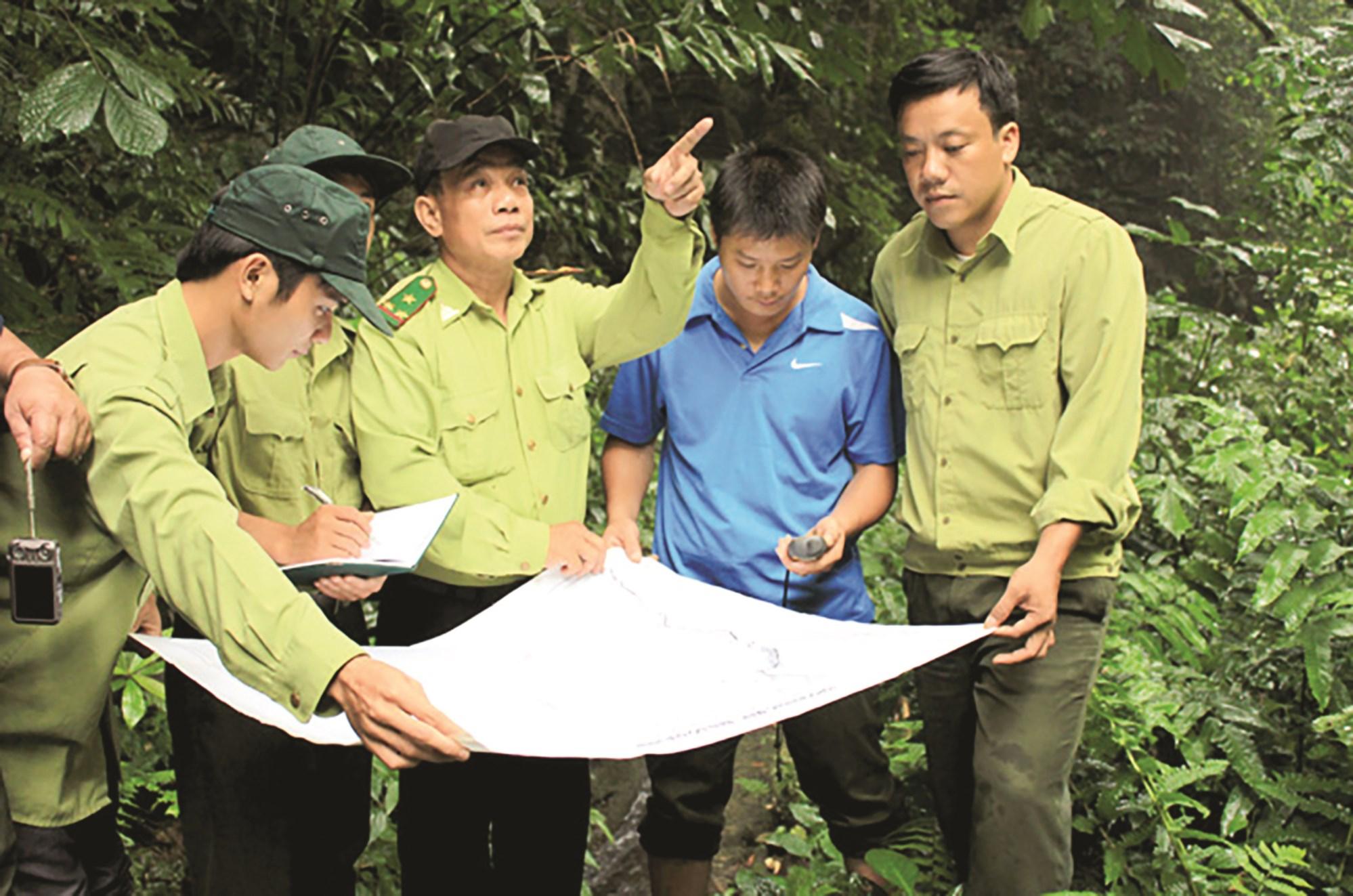 Kiểm lâm rừng đặc dụng Na Hang cùng người dân tuần tra bảo vệ rừng.