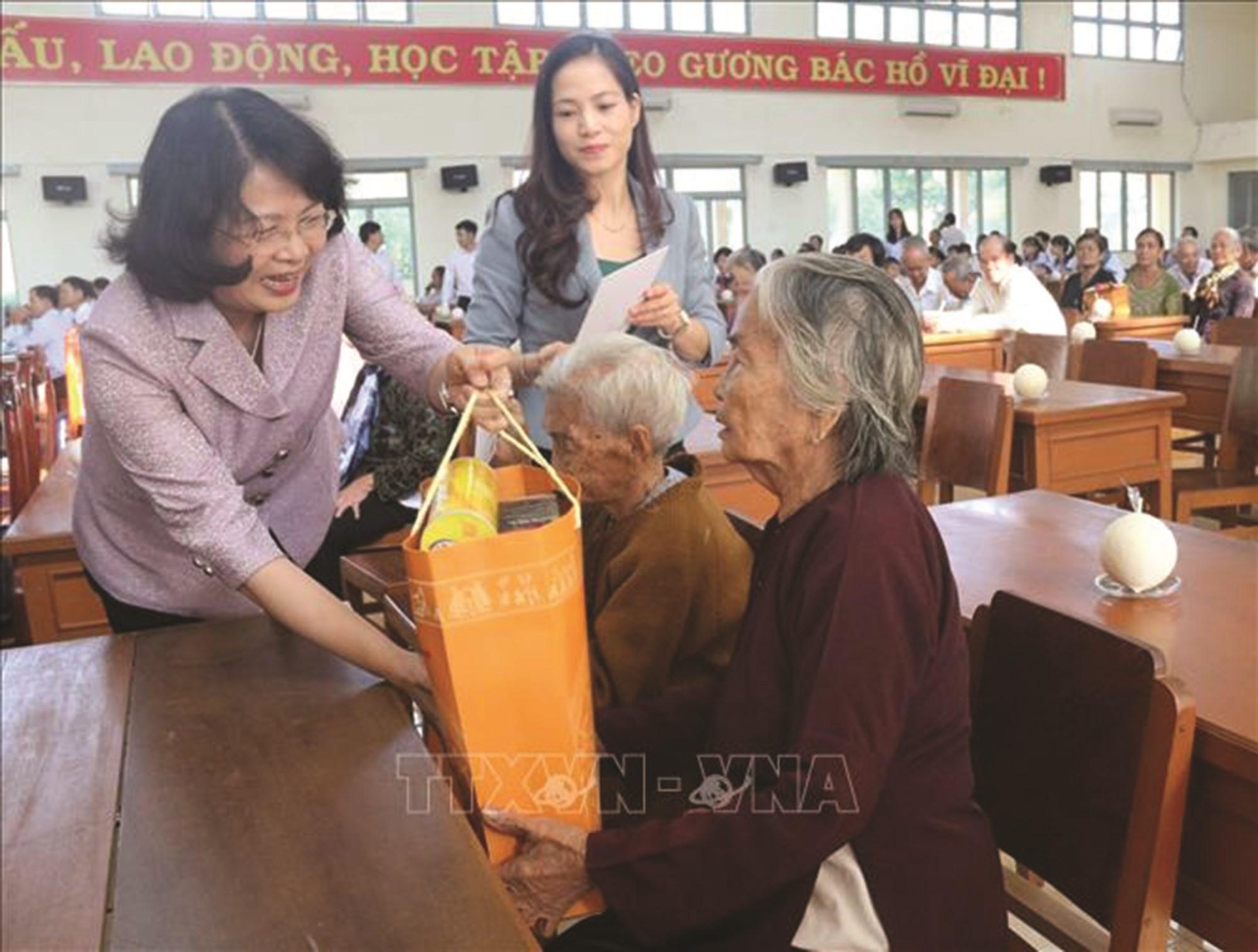 Phó Chủ tịch nước Đặng Thị Ngọc Thịnh thăm hỏi, trao quà Tết cho gia đình chính sách.