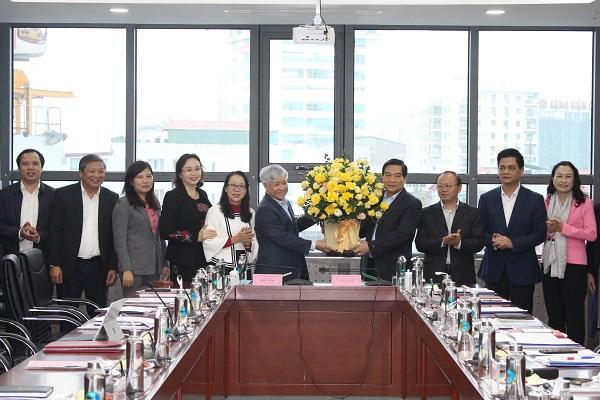 Chủ tịch HĐDT của Quốc hội Hà Ngọc Chiến tặng hoa chúc mừng UBDT nhân dịp đầu Xuân năm mới.