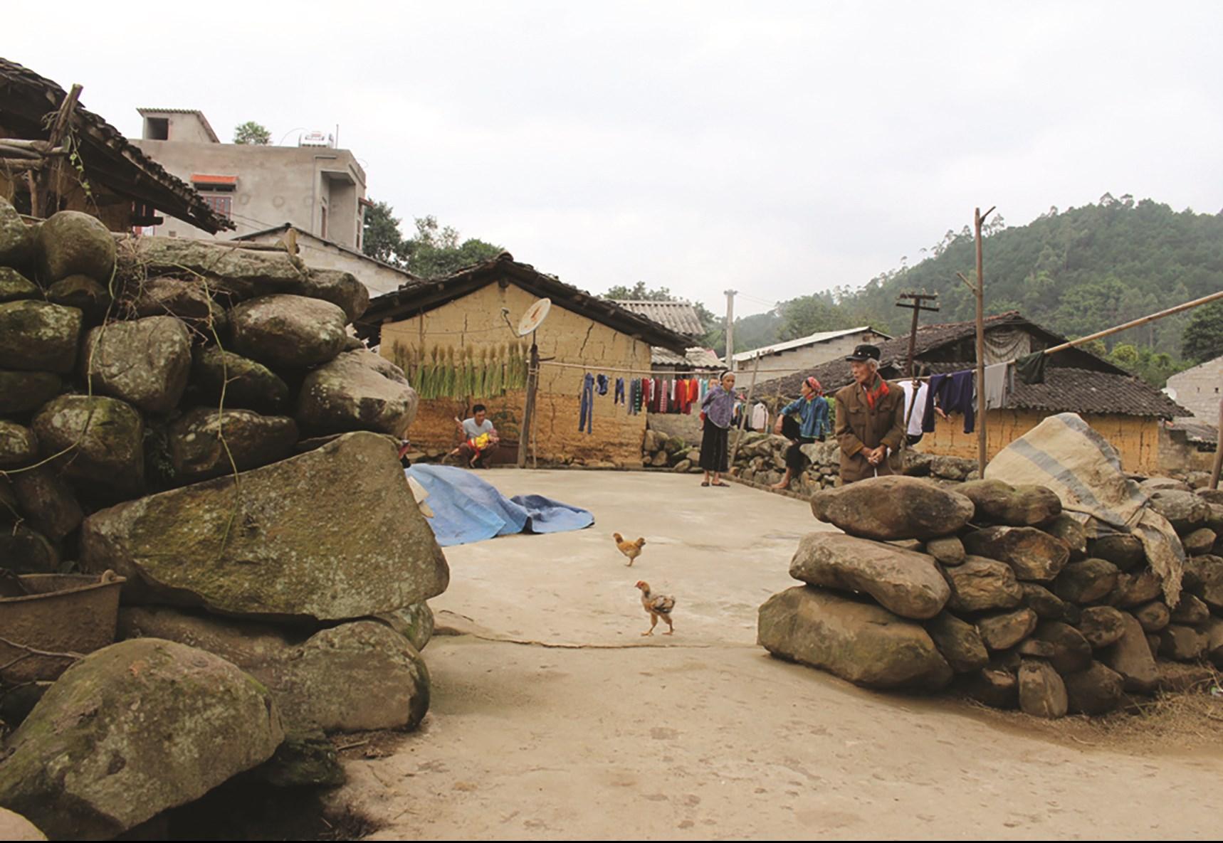 Những bờ tường đá được xếp xung quanh ngôi nhà một cách kiên cố