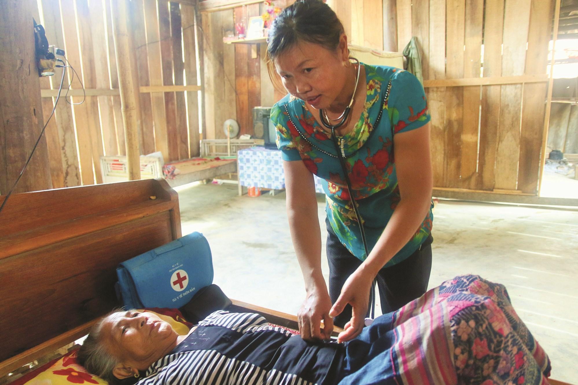 Hằng ngày chị Lê Thị Minh vẫn miệt mài đến thăm khám cho bà con trong bản.