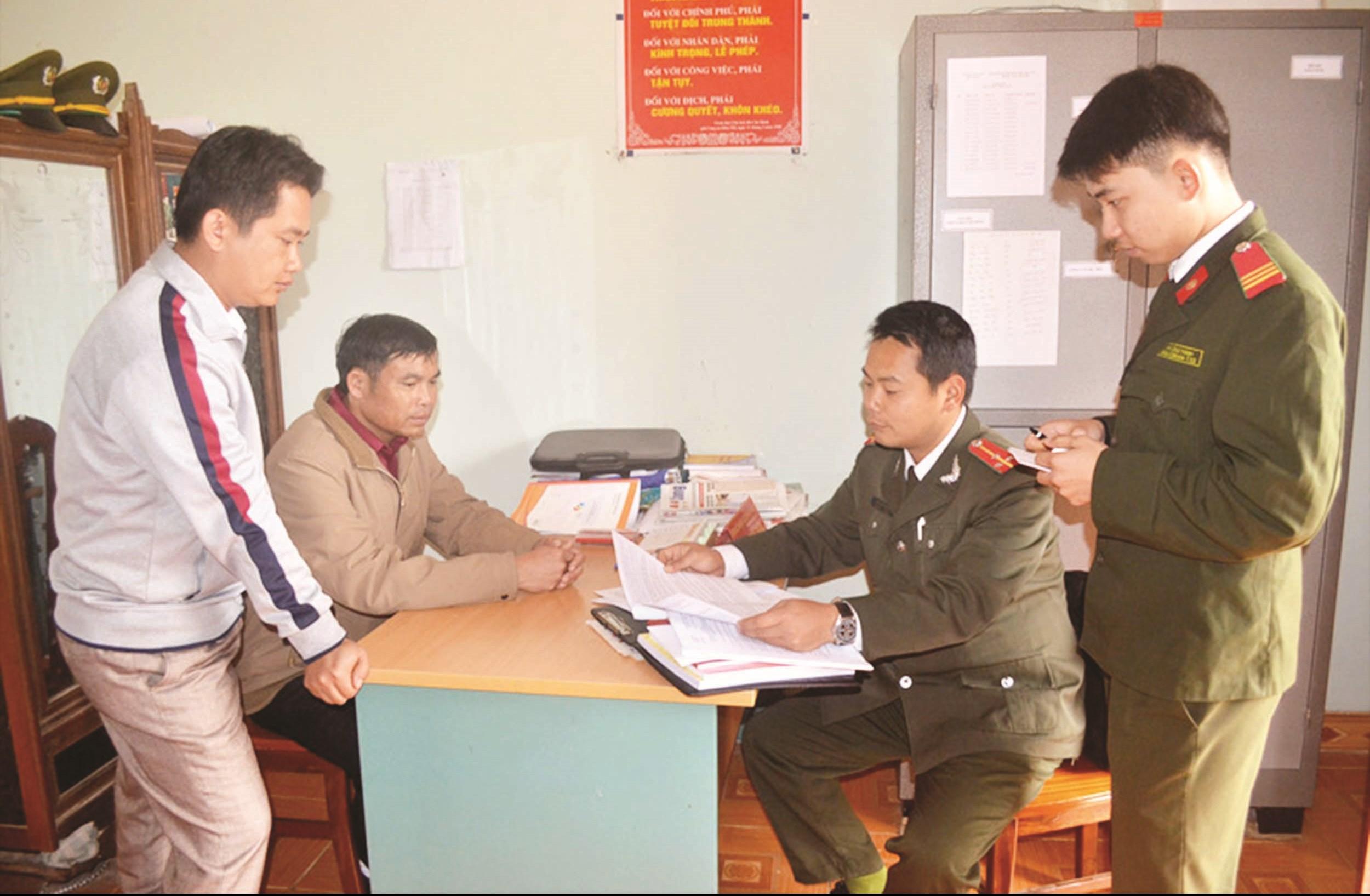 Lực lượng Công an huyện Tân Lạc làm việc tại xã Địch Giáo nắm bắt tình hình gìn giữ an ninh trật tự trên địa bàn. Ảnh TL