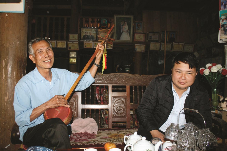 Ông Hà Đồng Cách chia sẻ về cách sử dụng đàn Tính, hát Then