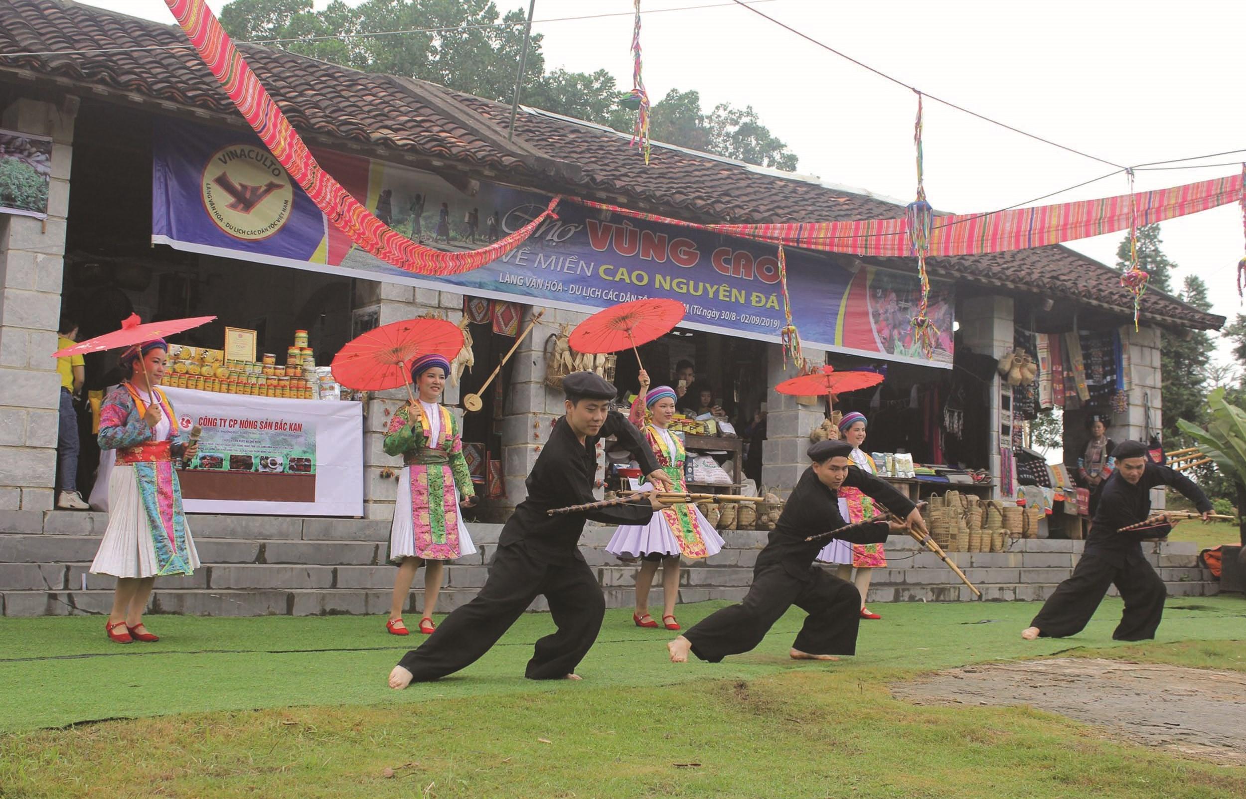 Đồng bào dân tộc Mông thể hiện các làn điệu dân ca, dân vũ trong các lễ hội của thôn, bản