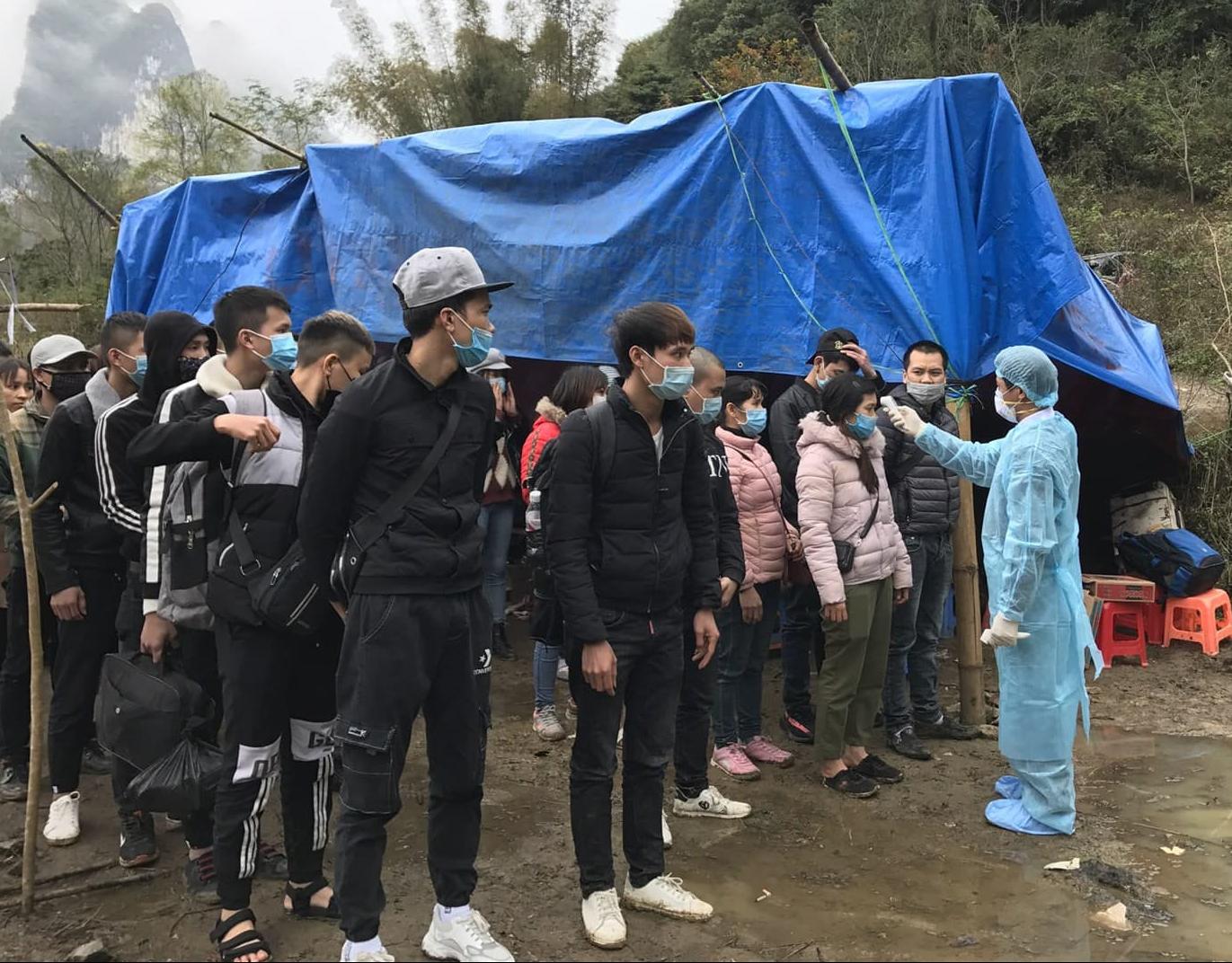 Đo thân nhiệt, kiểm tra sức khỏe cho người lao động từ Trung Quốc về Việt Nam