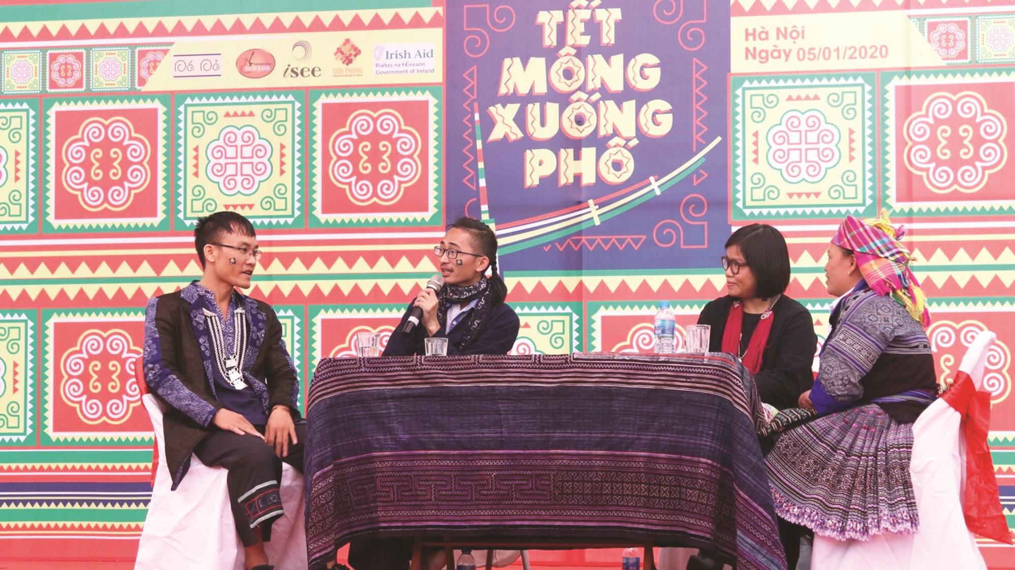 Khang A Tủa tích cực tham gia các hoạt động xã hội, các dự án nhằm phát triển văn hóa Mông