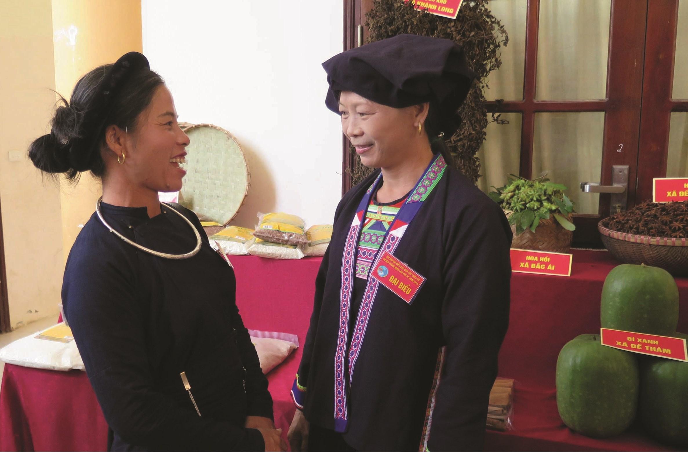 Chị Vi Thị Thu Hà (bên phải) trò chuyện với đại biểu tham dự Đại hội Đại biểu các DTTS huyện Tràng Định lần thứ III năm 2019