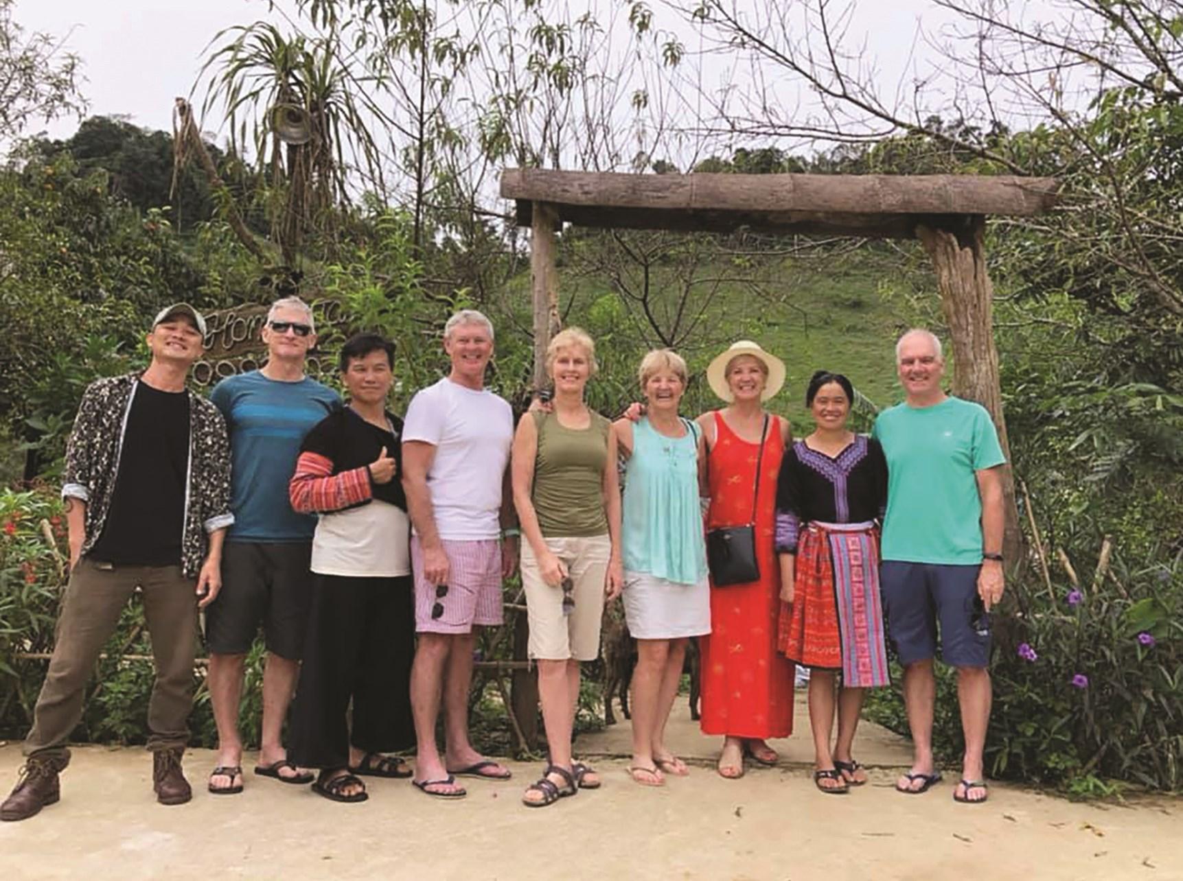 Nhiều khách quốc tế đến thăm quan khu homestay của gia đình Tráng A Chu