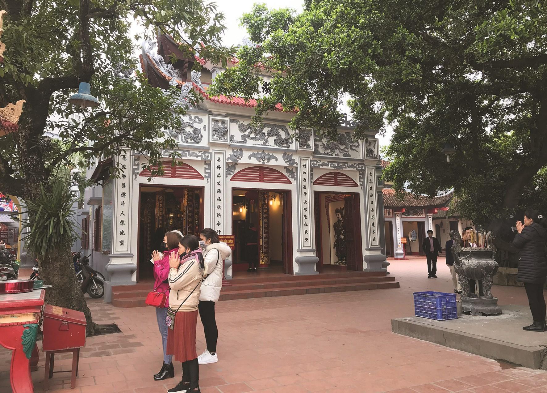 Hình ảnh thưa vắng người dân đi lễ tại Phủ Tây Hồ, Hà Nội sau khi được hoạt động trở lại