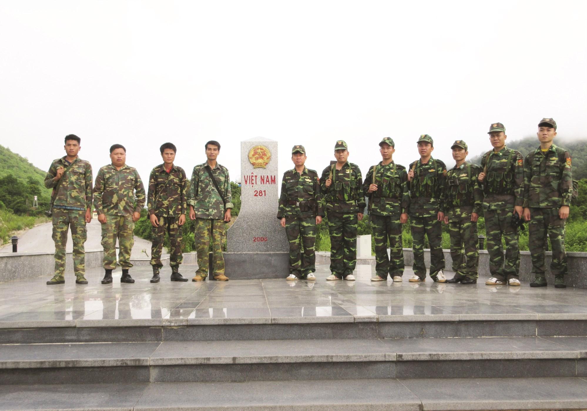Lực lượng BĐBP Thanh Hóa và BĐBP nước bạn Lào tại cột mốc biên giới Việt Lào thuộc địa bàn huyện Mường Lát.