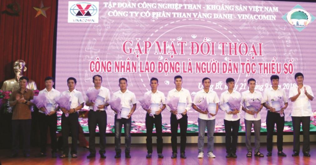 Giám đốc Phạm Văn Minh (ngoài cùng bên phải) khen thưởng đột xuất 10 lao động người DTTS thu nhập mỗi tháng từ 21 triệu đồng trở lên.