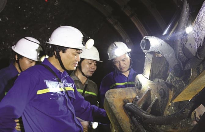 Giám đốc Công ty Phạm Văn Minh động viên công nhân làm việc trong hầm lò.