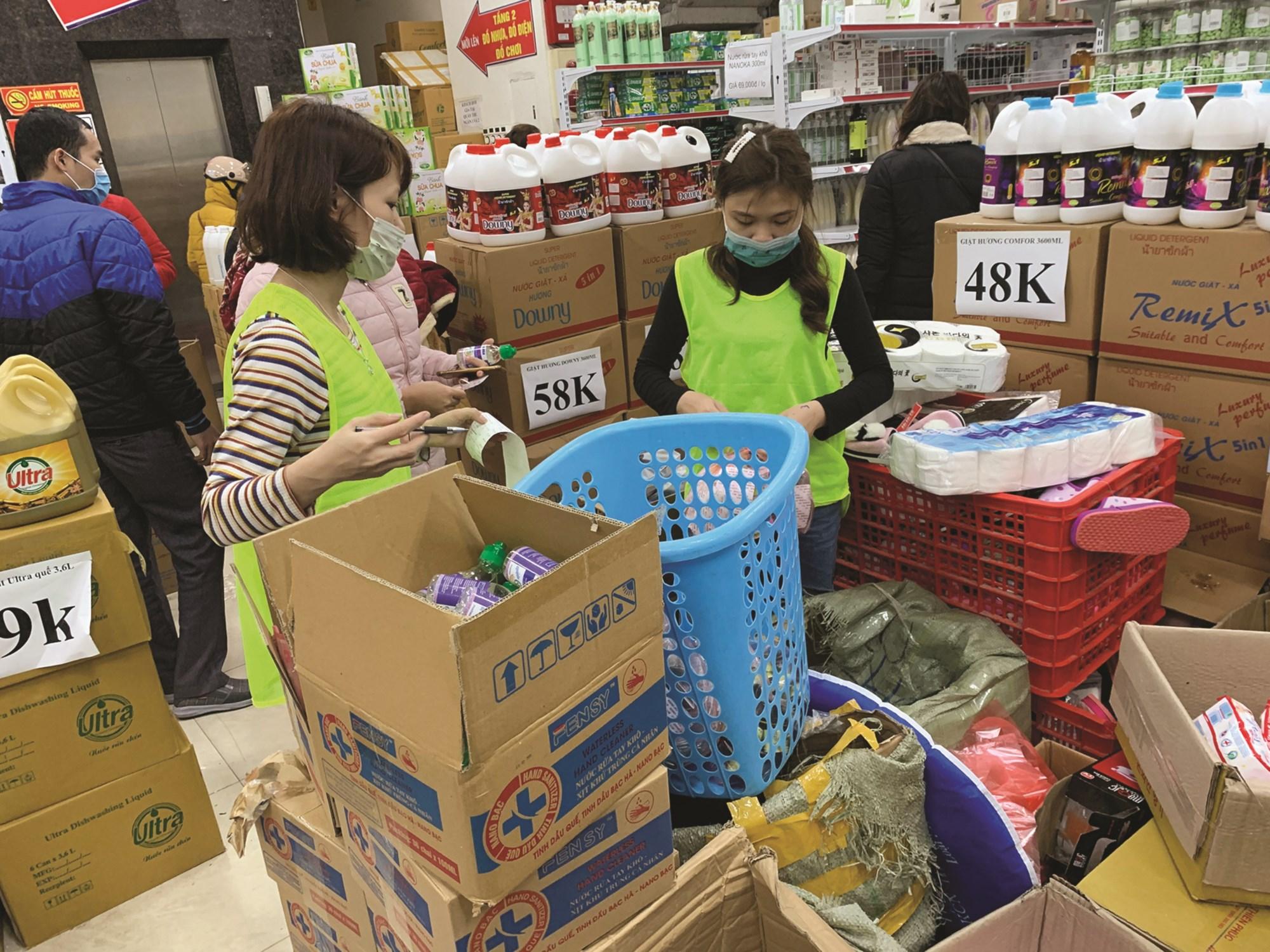 Nước sát khuẩn, nước rửa tay và khẩu trang tại các Tổng kho trên địa bàn Hà Nội nhiều ngày nay bị đội giá lên cao so với thời điểm chưa xảy ra dịch bệnh