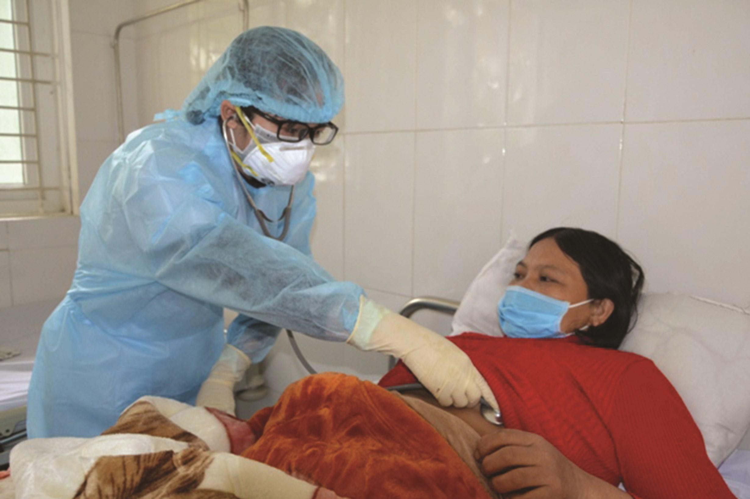 Bác sĩ Thu thăm khám cho bệnh nhân nghi nhiễm nCoV, ở khu cách ly, BVĐK Lào Cai
