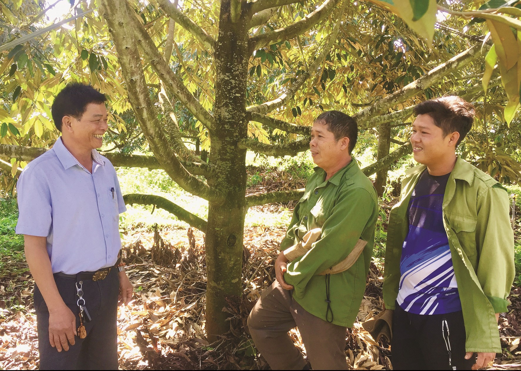 Ông Hải (giữa) đang giới thiệu với cán bộ xã về mô hình kinh tế của gia đình (Ảnh T.Dũng)