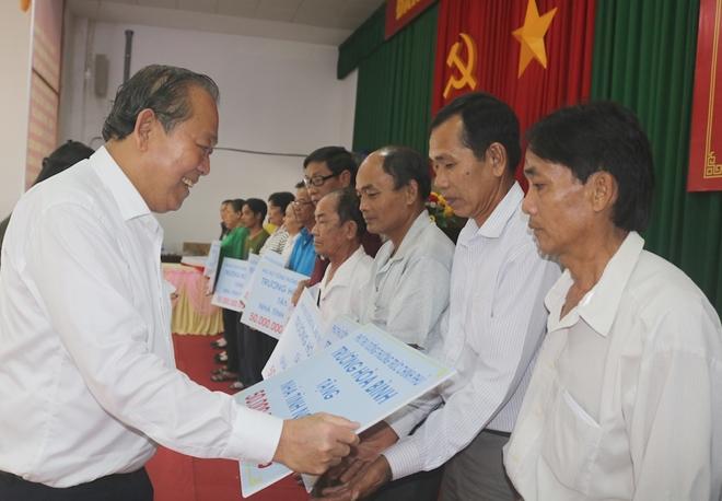 Phó Thủ tướng Thường trực Chính phủ Trương Hòa Bình trao 30 căn nhà cho người có công tại huyện Vũng Liêm, tỉnh Vĩnh Long