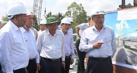 Phó Thủ tướng Thường trực Chính Phủ Trương Hòa Bình khảo sát, kiểm tra tiến độ công trình thủy lợi ứng phó hạn mặn tại huyện Vũng Liêm, tỉnh Vĩnh Long