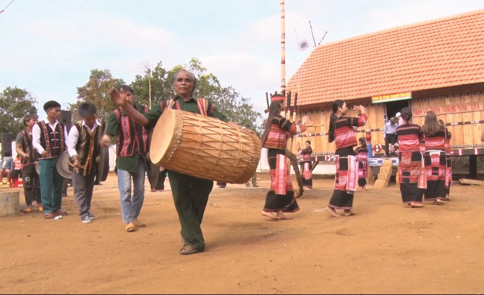 Nhân dân làng Kon Blo vui mừng khi công trình Nhà bảo tồn văn hóa của đồng bào dân tộc Ba Na được khánh thành và đưa vào sử dụng