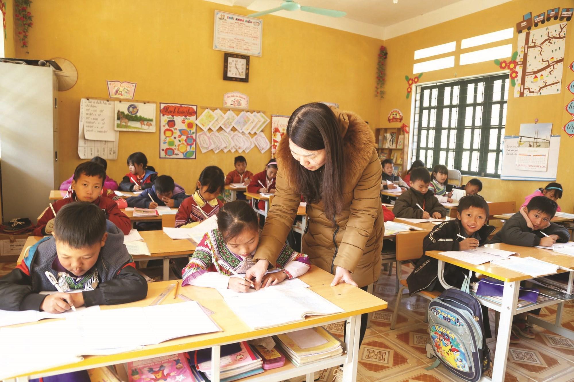 Với sự quan tâm đầu tư cho giáo dục vùng cao, con em đồng bào ở Bản Phố đã được học tập trong những ngôi trường khang trang.