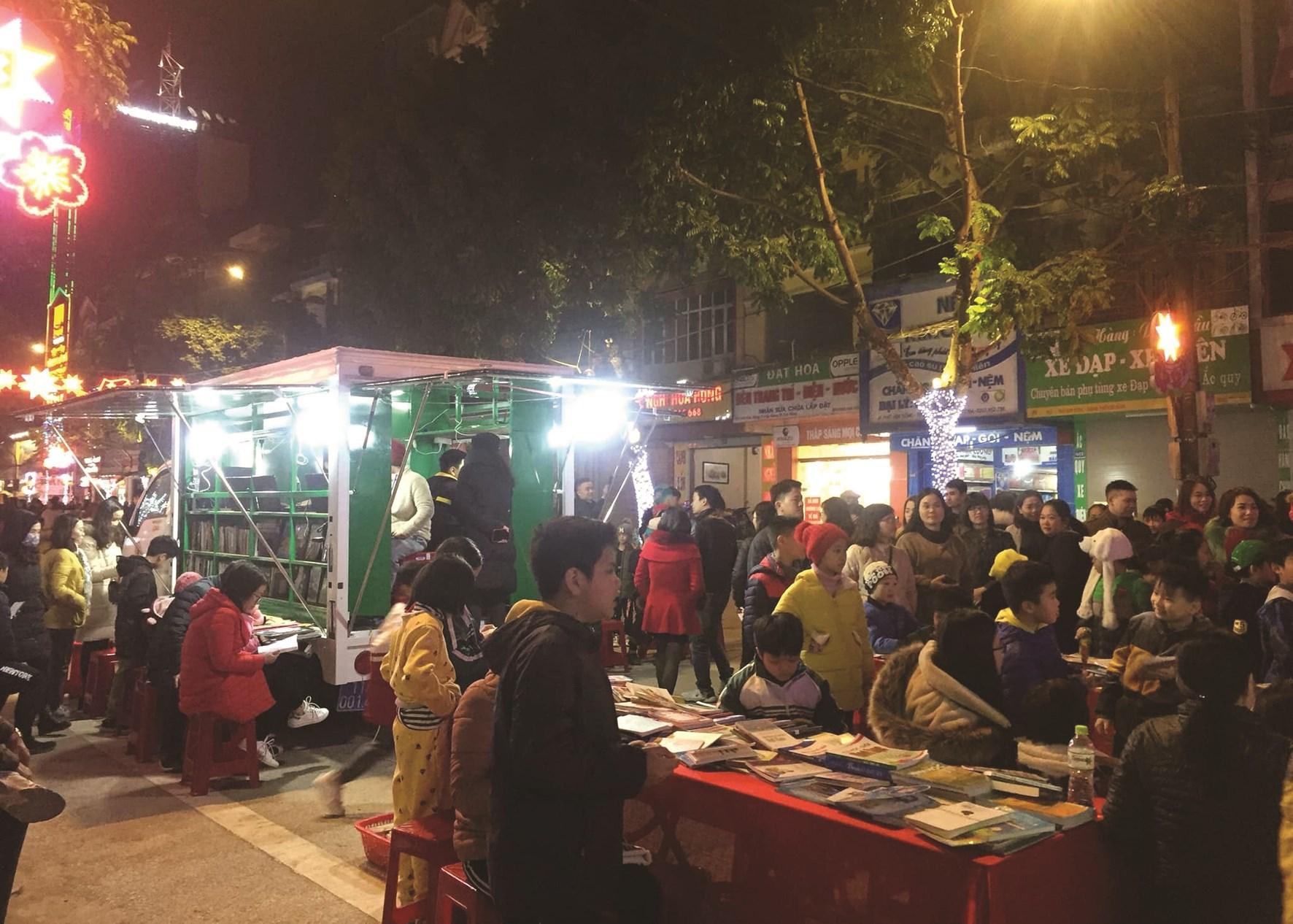 Xe thư viện lưu động phục vụ tại phố đi bộ Kim Đồng (TP. Cao Bằng)