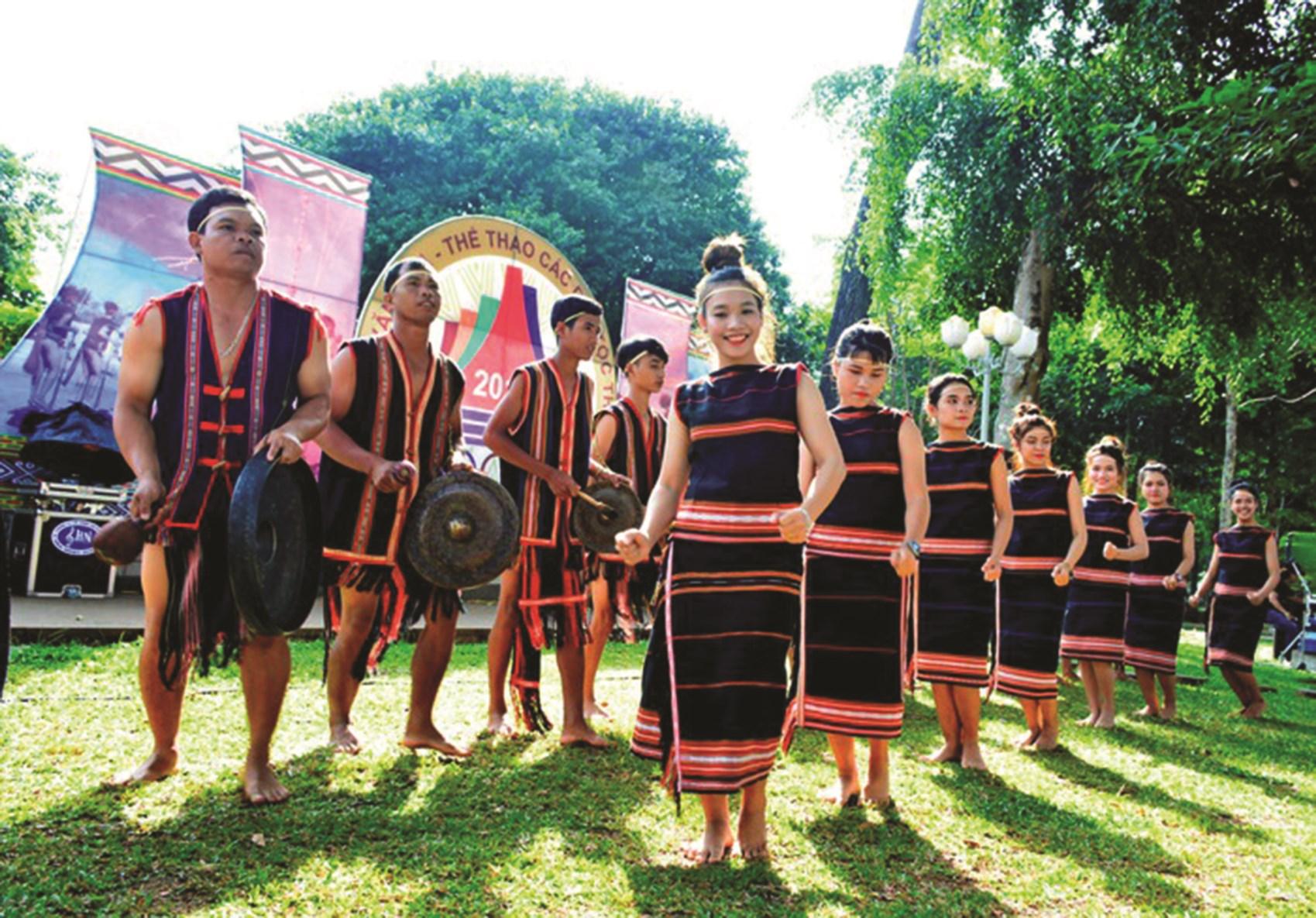 Trình diễn điệu tiếng chiêng, điệu xoang trong lễ hội cơm mới của người Jrai