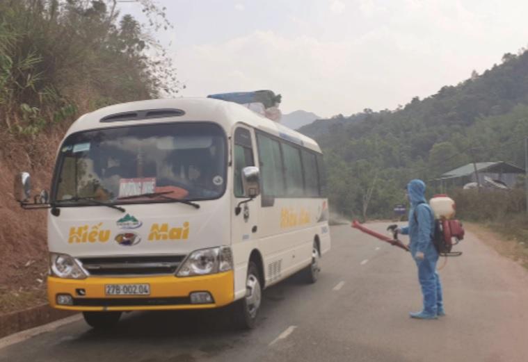 Để phòng dịch Covid-19, huyện Mường Nhé (Điện Biên) tiến hành khử trùng và kiểm tra tất cả các phương tiện, người ra vào