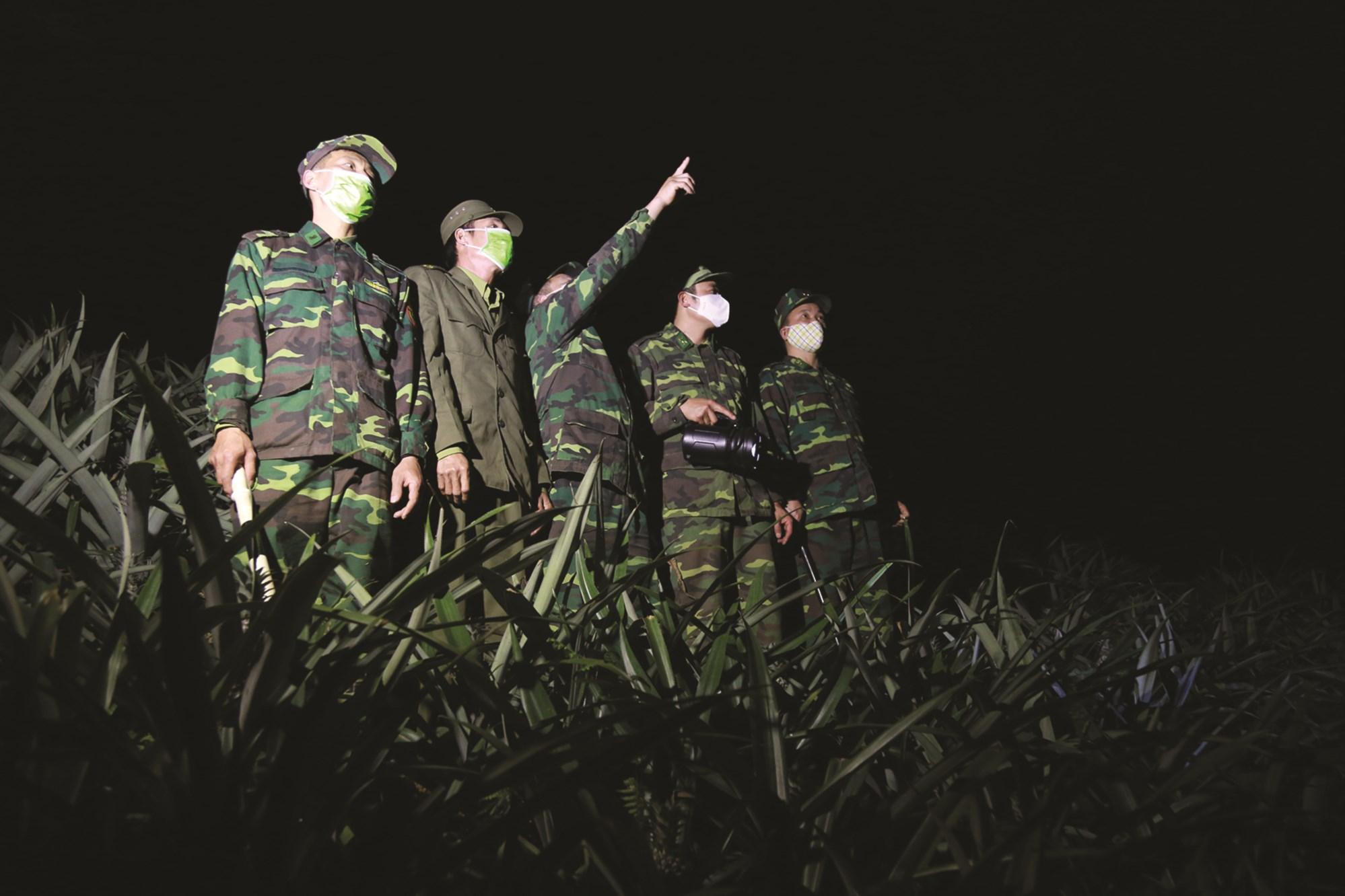 Cán bộ, chiến sĩ Đồn biên phòng Bản Lầu tuần tra trong đêm.