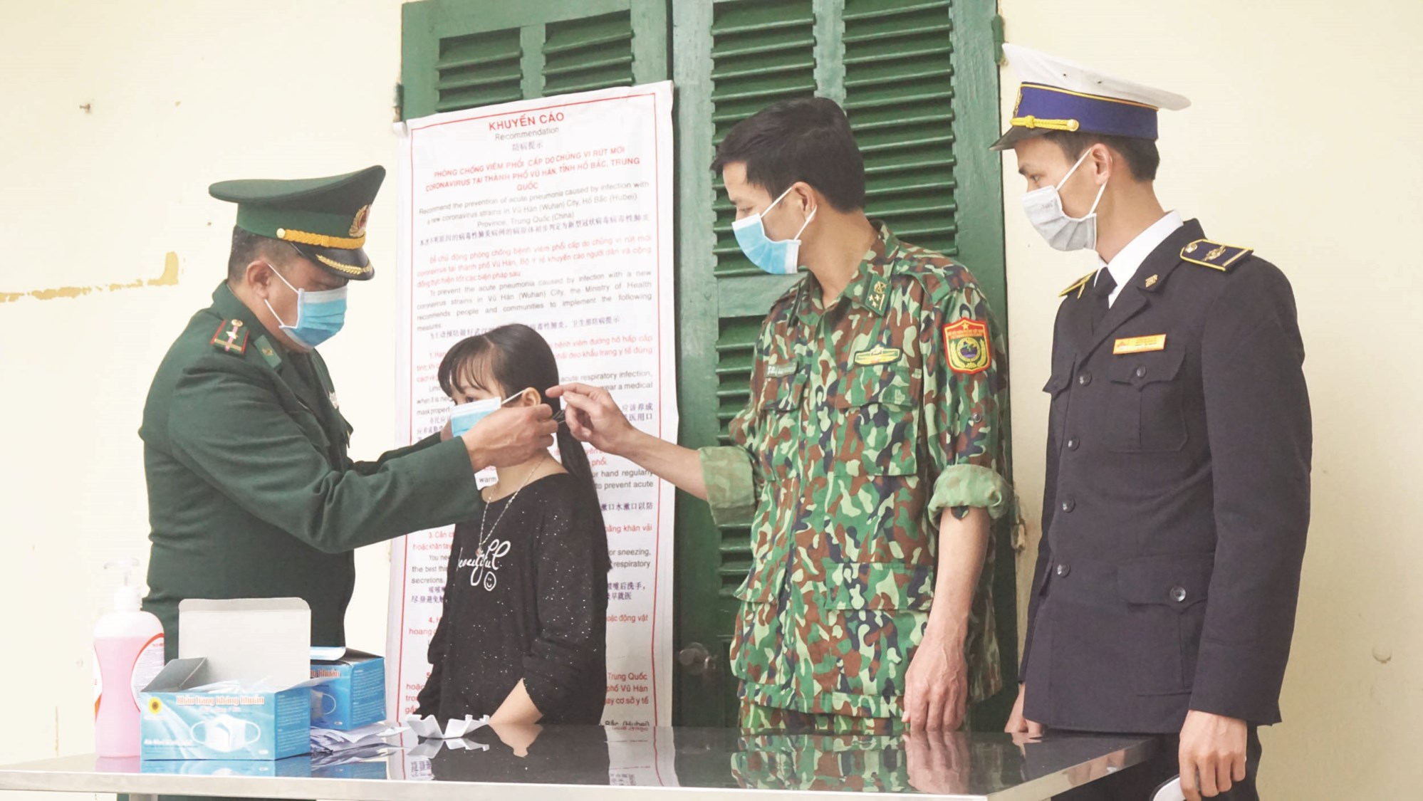 Bộ đội Biên phòng Trạm Kiểm soát biên phòng Bản Vược tuần tra, tuyên truyền, phát khẩu trang cho người dân khu vực biên giới.
