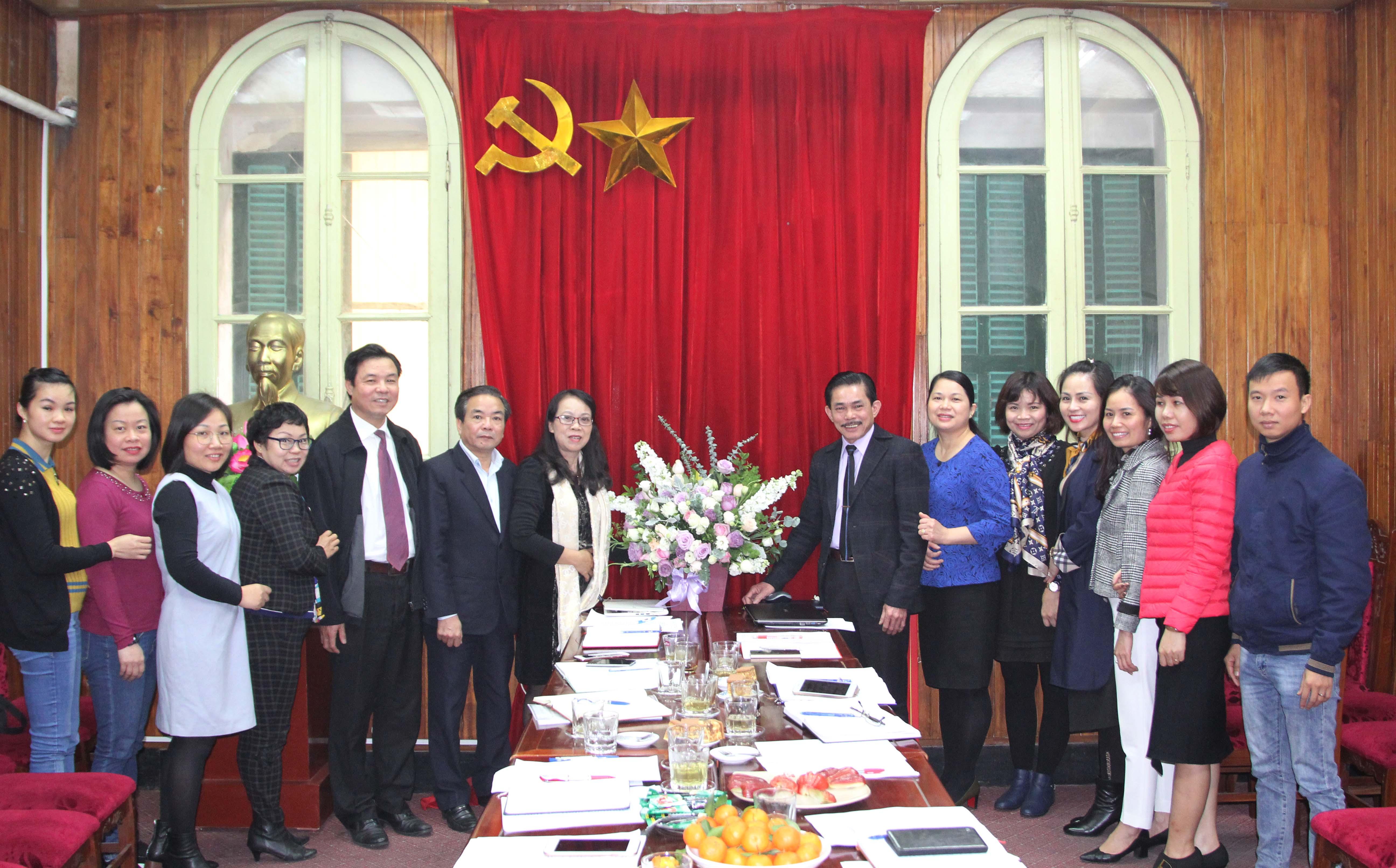 Thứ trưởng, Phó Chủ nhiệm UBDT Hoàng Thị Hạnh chụp ảnh lưu niệm cùng các đại biểu tham dự cuộc họp. Ảnh: Nghĩa Hiệp